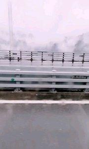 昨天的矮寨大桥,桥上风景,烟雾缭绕。