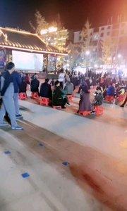 广场上不仅有广场舞,还有露天电影。