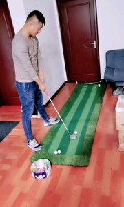 室内高尔夫⛳️,一杆进洞。