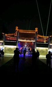 流光溢彩夫子庙,夜已很深,璀璨夜色吸引游客继续逛,乘坐画舫畅游秦淮河,完美夜色不忍离开。