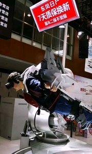 五一南京车展,参展商互动参与节目很有创意,VR技术带你感受自由飞翔的乐趣,自由自在飞跃崇山峻岭,城市上空,像鸟儿一样自由