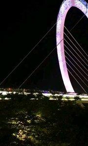 南京眼步行桥,夜色下灯光秀超级迷人,大批游客前往欣赏,超级迷人,此外今晚还有户外音乐节,超级完美的休闲公园,南京青奥公园