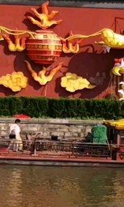 五一假期期间,夫子庙秦淮河水上舞台,演出相当精彩为假日添加休闲的气氛,让人感受到美好假日生活
