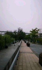 不一样的视角看长江,南京长江大桥,经过修缮后的大桥焕发了力量,也是最繁忙的大桥之一,长江上来往穿梭的船只,宽阔的江面,感觉相当不错。