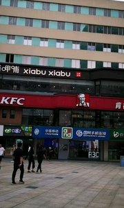 南京新街口繁华商业街区,逛街,购物,美食就逛新街口,来南京旅游若打算逛街的话就来新街口逛逛,相当热闹。