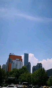 南京盛夏,热浪滚滚,三伏天,云彩相当好看,防暑降温很重要,虽然盛夏景区游览游客依然很多。#户外动起来