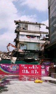 65岁的南京新街口工人文化宫已经被拆了,将告别新街口,这文化宫也承载了岁月,随着城市的发展很多岁月的建筑都慢慢的拆除了,只能留存在人们的记忆当中#户外动起来 #身边正能量