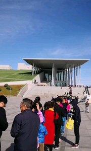 国庆呼和浩特之旅D4,内蒙古博物院,昭君博物院,其中内蒙古博物院每天都是这样,排队等待入馆的观众非常多,好在对于行进比较快,不至于排队到崩溃,用身份证换参观券,展馆比较多,还是相当不错的,值得好好参观参观。#户外动起来 #带着花椒去旅行 #国庆 #旅游