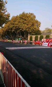 2019 11月10日南京国际马拉松精彩奔跑中,奔跑中国,奔跑2019,用脚步丈量城市,跑友的盛会,感觉相当不错。