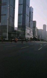 2019南京国际马拉松,经过长途奔跑即将抵达终点,奔跑马拉松需要相当的实力,相当不容易,如今各个城市都在举办马拉松比赛,奔跑中国,全民锻炼意识相当强,马拉松中签率相当不容易,11月17日7点,上海马拉松有将起跑。#户外动起来 #身边正能量 #马拉松 #奔跑 #南京