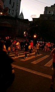 11月17日,早6点多大批跑友前往检录处进行检录,做准备活动,在上海完成他们的马拉松,小雅非常热闹,跑友们的盛会。#身边正能量 #户外动起来 #马拉松 #上海 #带着花椒去旅行