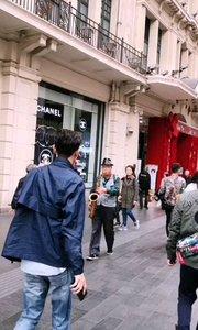 """上海南京东路,不经意间就能感受到不一样的元素,""""时装与音乐""""完美组合,相当有感觉,#户外动起来 #带着花椒去旅行 #身边正能量 #上海"""