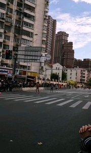2019上海国际马拉松,用脚步丈量上海,大批选手即将抵达终点,这里的位置是距离终点1公里的位置,相当完美的全程马拉松比赛,11月17日早7点由上海外滩奔跑到上海体育场。#户外动起来 #身边正能量 #带着花椒去旅行 #马拉松 #上海