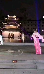 #户外进行时 #旅游 #南京 南京夫子庙周末晚间游客如织,科举博物馆戏曲之夜演出相当不错,大成殿也有仪式演出,整个夫子庙相当热闹,旅游景区又恢复常态了,好事一件,今年对于旅游从业者来说太艰难,没办法,这就是我们面对的生活。