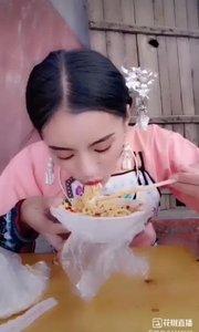性情中人温柔蜜,吃饭时的样子像极了我?,实在又可爱@?一只温柔蜜? @花椒动态 #美食不能少 #我怎么这么好看 #户外动起来