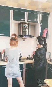 """#花椒星闻 #中国加油万众一心 #性感不腻的热舞 #厨房做菜舞 #短视频 #洛伊 @花椒热点  宅在家里,配合""""不出门,勤洗手,不吃野生动物,吃煮熟的食物,出门戴口罩""""为抵御yi情加油!今天@洛伊ChloeYin 在家里厨房拍了#短视频 ,一起看看她是怎么发""""疯""""的。。。 one   two  three   go  !一起嗨起来!可是一棵葱怎么够呢还需要一张烙饼不是,听说烙饼卷大葱可是古代宫廷一道名吃呢。 是不是宅在家里各种躺,各种葛优瘫,各种走,客厅卫生间卧室餐厅厨房来来回回,有没有想到客厅可以简单伸"""