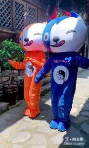 #花椒星闻 @花椒热点   @狐Xiao籼儿?✨? :两只喝高了的小猫~  据说这样的娃娃很辛苦的~热是一码~看不清楚人跟路~为了达到宣传目的~他们坚强的付出着~娱乐自己快乐别人~今天@狐Xiao籼儿?✨? 为我们分享这两只小猫的视频~#搞笑是刚需~另一面为了宣传他们努力的样子~感受他们的正能量 @狐Xiao籼儿?✨? 户外优秀主播~土家族妹纸~每天直播少数民族文化以及生活习俗~正能量主播~请多多关注 41报道,  @狐Xiao籼儿?✨? 两只喝醉了的小猫