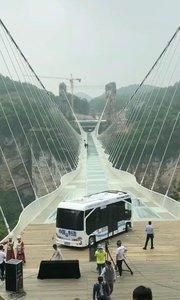 咋们中国制造了无人驾驶挑战玻璃桥。???