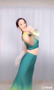 #我怎么这么好看 #2019巅峰之战 黄绿裙,漏香肩,窈窕曲线屏幕间,乌黑发,披颈间,圈转裙摆坠方圆,白鹅扇,舞迁转,秀模俊目醉人眼。#爱跳舞的我最美