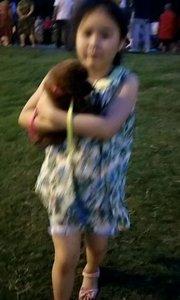 抱着小狗跳舞的女孩?