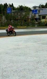 小女孩十岁骑摩托车