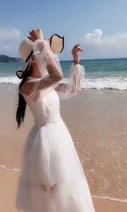 《花桥流水》看我小脚丫子,深深浅浅地踩在三亚大东海的海滩上,怎么没看见户外一哥马叉虫?求撩