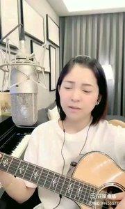请欣赏音乐才女@爱唱歌的松叶叶 99955577?弹唱《漂洋过海来看你》希望大家喜欢!#爱唱歌的松叶 #弹唱最治愈