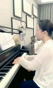 请欣赏音乐才女@爱唱歌的松叶叶 99955577钢琴弹唱《光年之外》#爱唱歌的松叶 #花椒音乐人
