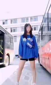 整天想跳舞想疯了,跑公交车场跳舞