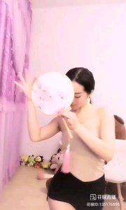 明明只是一把普通的扇子,为何在她手中尽显女人的妩媚?如彩蝶飞舞,如柳枝摇曳,真是世间少有的美景啊?@唐心怡