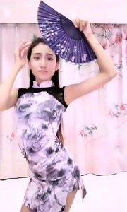 明明只是一袭普通的旗袍,一把普通的纸扇,在她身上却焕发出女人最诱人的魅力,如山谷里的幽兰,暗放幽香@小小