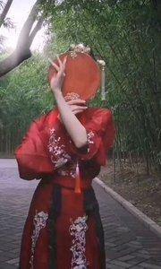 #性感不腻的热舞 #古风之美  舞转回红袖,歌愁敛翠钿。 满堂开照曜,分座俨婵娟。