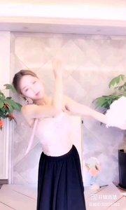#性感不腻的热舞 @?美替? 她跳着,像蝴蝶一般飞舞,像柳枝一般摇曳,最迷人的童话,在她的舞步里,在她的腰身里,所有人都沉醉了