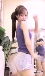 #性感不腻的热舞 @viviya?林夕萌❁҉҉҉҉҉ 纯的透明的脸蛋,辣的燃烧心灵的舞蹈,这样的女孩 你喜欢吗?