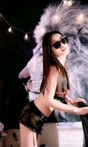 #性感不腻的热舞 @?舞者~白鸽? 黑色的墨镜,酷辣的短裙,妖艳的舞姿,和背景的狮子一道,展现着女孩的野性和不羁