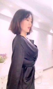 #性感不腻的热舞 @L ?大喜庆 摇曳的腰身,和柔滑的睡袍真是相映成趣,虽是短暂的舞,却把女人的妩媚尽情绽放