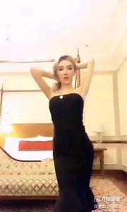 @小喵大宝 #性感不腻的热舞 黑色晚礼服,只有高贵的女人才能与之相配,那如夜色的魅惑,吞噬着每一个男人的心房