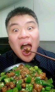 这里是吃货自作自搂节目,青椒肉段开搂,做法在上一个视频。#吃货