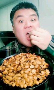 这里是《吃秀自做自搂–香辣花生米》我是主搂人:瞪眼吃饭香 ,想知道做法,可以查看上一个视频,开搂了,没空写了。#吃货 #