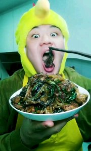 本栏目是《吃秀自做自搂–小鸡炖蘑菇》我是主搂人:瞪眼吃饭香 ,做法请看上一个视频,开搂了,真香啊。#吃货# #吃秀#