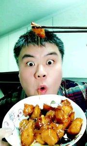 吃拔丝地瓜,做法在上一个视频,祝大家新年生活甜甜蜜蜜#吃秀# #吃货#