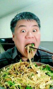 吃家常凉菜,做法在上一个视频,祝大家在新的一年里生财有道 #家常凉菜# #东北菜##吃秀# #吃货#