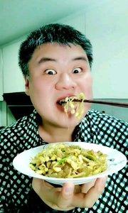 吃黄豆芽炒粉,做法在上一个视频,祝大家在新的一年里事事如意 #黄豆芽炒粉# #东北菜##吃秀# #吃货#
