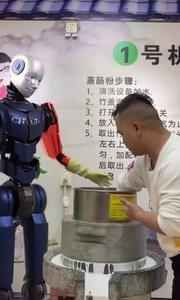 这位哥被机器人调理了??  机器人说就你事多的,看你嘴欠的??