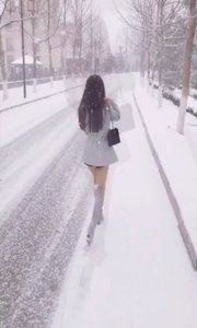 美女在雪地里行走   不觉得冷吗?你觉得呢