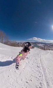 小女孩在雪地上滑雪