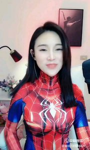 """#花椒星闻 @花椒热点             @笑笑??。 #蜘蛛侠来了            #蜘蛛侠 连体衣的穿搭,是一种很有个性的着装。这种服饰很少会有出街搭配的,是一种偏室内或者动漫、车展的穿搭。今天,来看一下""""蜘蛛侠""""美女,一身""""蜘蛛侠""""式的连体衣,看着就有一种迷人的线条美,就是不太透气。小编不生产美,只是美的搬运工。            视频这位美女在直播间里,连体衣的造型让她变得很时尚大方。蜘蛛侠式的着装,一笔勾勒出她的形体,配上披肩的长发,让她变的女人味十足。同时,连体衣让她有一种整体"""