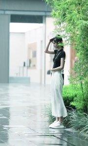 娴静犹如花照水,行动好比风扶柳安静文雅,端庄犹如花映在水中不惊波澜。行动好比清风扶柳一样轻柔,不矫揉造作自然。