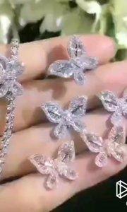 高贵气质蝴蝶套装 手链±6.2g,0.838ct 项链±2.5g,0.36ct 戒指±2.8g,0.4ct 耳钉±2.6g,0.788ct