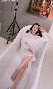 洗完澡澡练习瑜伽球~~~~~嘿嘿,淘气的曦和??????